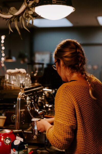 Barista koffie zetten in de studio